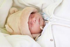 Beau sommeil nouveau-né de chéri Images libres de droits