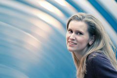 Beau sourire blond de femme en café Image libre de droits