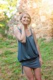 Beau sourire blond heureux de femme Photographie stock libre de droits