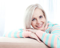 Beau sourire d'une cinquantaine d'années actif de femme amical et regard dans l'appareil-photo Image stock