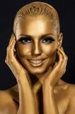 Coloration et regard. Sourire magnifique de femme. Maquillage d'or fantastique. Art photographie stock libre de droits