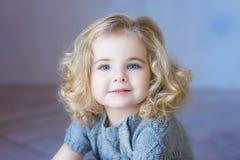 Beau sourire de fille d'enfant en bas âge Le ¡ de Ð perdent- le portrait œil bleu photographie stock