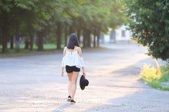 Beau sourire de fille de chapeau asiatique d'été image libre de droits