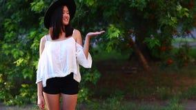 Beau sourire femelle de main de point de portrait de fille asiatique banque de vidéos