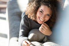 Beau sourire infectieux d'une femme image libre de droits