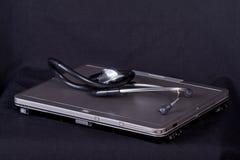 Beau stéthoscope et ordinateur portatif moderne images libres de droits