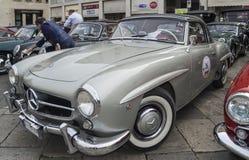 Beau stationnement argenté de benz de Mercedes Photographie stock libre de droits