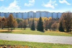 Beau stationnement d'automne Automne à Minsk Arbres et lames d'automne Autumn Landscape Parc en automne Forêt en automne Photographie stock