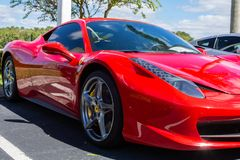 Beau stationnement rouge de Ferrari sur la route lat?rale images stock