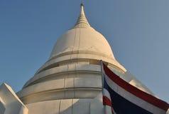 Beau Stupa blanc dans le temple Bangkok Thaïlande Wat PhraSri Photo stock
