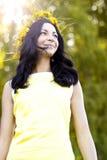 Beau style de mode de femme de brune dehors dans l'idée heureuse de sourire de concept de robe jaune d'examiner la distance photos stock