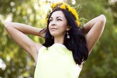 Beau style de mode de femme de brune dehors dans l'idée heureuse de sourire de concept de robe jaune d'examiner la distance image libre de droits