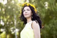 Beau style de mode de femme de brune dehors dans l'idée heureuse de sourire de concept de robe jaune d'examiner la distance photographie stock libre de droits