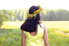 Beau style de mode de femme de brune dehors dans l'idée heureuse de sourire de concept de robe jaune d'examiner la distance photos libres de droits