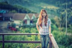 Beau support de jeune femme de l'Asie sur le point de vue images stock