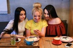 Beau téléphone femelle de l'utilisation trois Image libre de droits