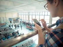 Beau téléphone portable de prise de blogger en verre Images libres de droits