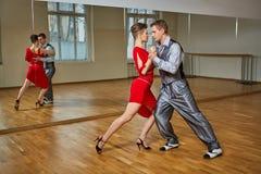 Beau tango de danse de couples Photographie stock libre de droits