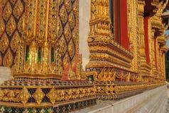 Beau temple dans le bobinoir sur cône de fenêtre d'or de nari de Bangkok Thaïlande Wat Samien Photo stock