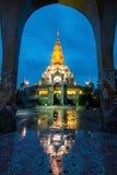 Beau temple en Thaïlande au crépuscule Photos libres de droits