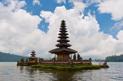Beau temple sur le lac dans Bali, Indonésie. Images stock