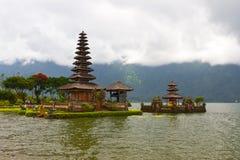 Beau temple sur le lac en cratère éteint de volcan Image stock