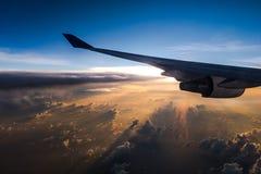 Beau temps de coucher du soleil avec l'aile d'avion de l'intérieur Photo stock