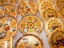 Beau thali de pooja avec des peafowls et la conception de fleur photographie stock