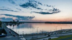 Beau timelapse de jour des nuages au-dessus du paysage d'hiver, ville d'Izhevsk, la République oudmourte, russe banque de vidéos