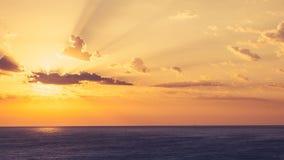 Beau timelapse de lever de soleil au-dessus de la mer avec des nuages sur le ciel banque de vidéos