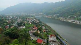 Beau timelapse de village, nuage de brouillard du trafic de voitures de trains de bateaux banque de vidéos