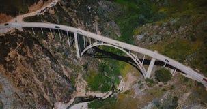 Beau tir aérien cinématographique de pont célèbre en canyon de Bixby à la route 1, Big Sur iconique la Californie de paysage de p clips vidéos