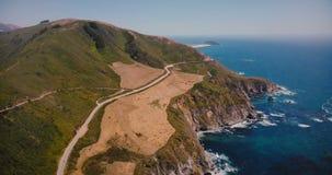 Beau tir aérien cinématographique panorama de paysage de côte de la route épique 1 et de l'océan pacifique d'été dans le Big Sur  banque de vidéos