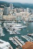 Beau tir aérien d'un dock avec beaucoup de bateaux garés et d'une ville urbaine à l'arrière-plan image stock