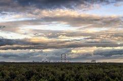 Beau tir aérien d'une forêt épaisse et d'un ciel nuageux stupéfiant photo stock