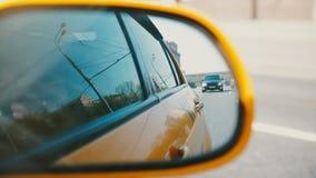 Beau tir cinématographique en gros plan, panorama urbain se reflétant dans le miroir latéral et fenêtres de la conduite le long d banque de vidéos