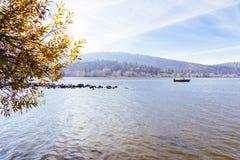 Beau tir d'un lac avec une navigation de bateau là-dessus avec un ciel ensoleillé image stock