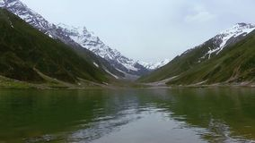 Beau tir de lac Saif Al Malook In Cloudy Weather, en vallée de Naran, Kaghan, banque de vidéos