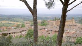 Beau tir de village de Montalcino de la colline en été clips vidéos