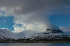 Beau tir des montagnes neigeuses grandes avec de grands nuages dans le ciel photographie stock libre de droits
