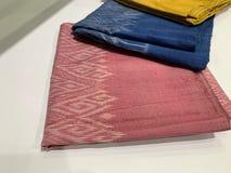 Beau tissu en soie thaïlandais, costume unique, rose et couleur bleue images libres de droits