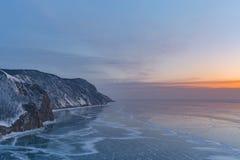 Beau ton de lever de soleil au-dessus de lac de l'eau de Baikal Russie image stock