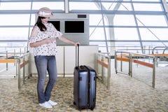 Beau touriste à l'aide d'un téléphone portable à l'aéroport Image stock