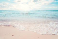 Beau tropical le paysage marin de plage avec la lumière du soleil en été Photographie stock