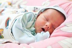 Beau un vieux bébé de semaine en sommeil Image stock