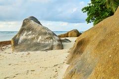 Beau Vallon Bay con el granit oscila - vare en la isla Mahe en Seyc fotografía de archivo