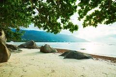 Beau Vallon Bay con el granit oscila - vare en la isla Mahe en Seychelles imagen de archivo libre de regalías