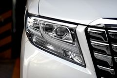 Beau van headlights blanc Image libre de droits