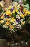 Beau vase avec des marguerites de ² d'anÐ de roses Photos libres de droits