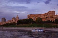 Beau veiw de Moscou de nuit sous le ciel bleu de coucher du soleil avec des nuages Voyage de bateau dessus photos libres de droits